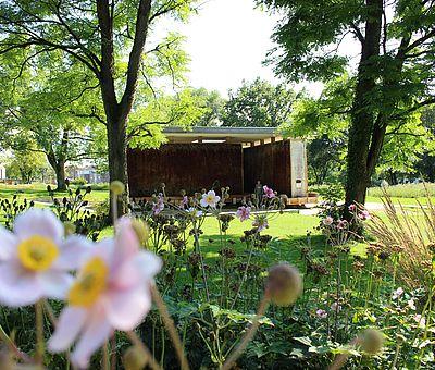 Blumen vor dem Sole-Inhalierpavillon