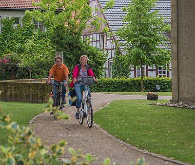 Radfahrer fahren durch Bockhorst