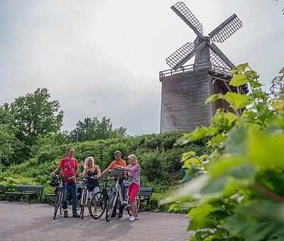 Radfahrer vor dem Neuen Gradierwerk