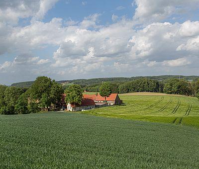 Ausblick auf eine schöne Landschaft mit einem Hof
