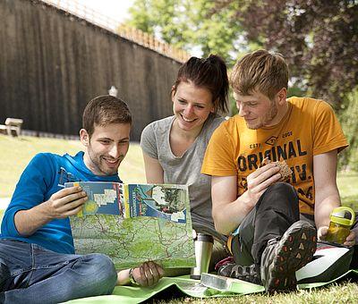 Drei Personen machen eine Pause am Gradiewerk